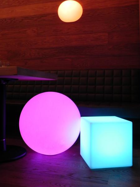 LED Design Cube 50 / Leuchtwürfel, Beistelltisch o. Hocker Sitzwürfel In & Outdoor 50cm Tagesmiete