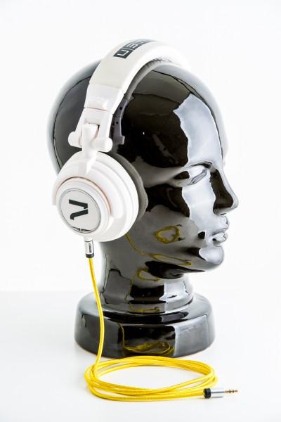 Kopfhörer weiß mit gelben Textil-Auxkabel